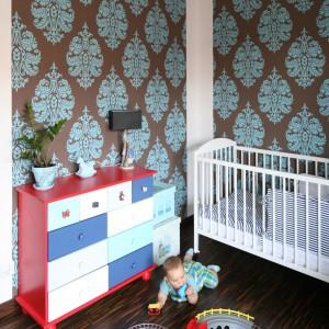 Dziecięcą strefa w sypialni rodziców nie może obejść się bez małej lampki nocnej, ustawionej na komodzie przy łóżeczku. Fot. Bartosz Jarosz.