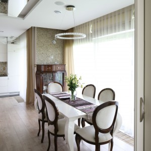 W części otwartej znajduje się także stylowa jadalnia ze stołem wykonanym z białego Corianu oraz tapicerowanymi krzesłami (Meblonowak). Fot. Bartosz Jarosz.