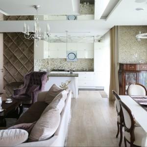 Wypoczynek gwarantuje duża, wygodna kanapa oraz śliwkowy stylizowany fotel (Meblonowak). Fot. Bartosz Jarosz.