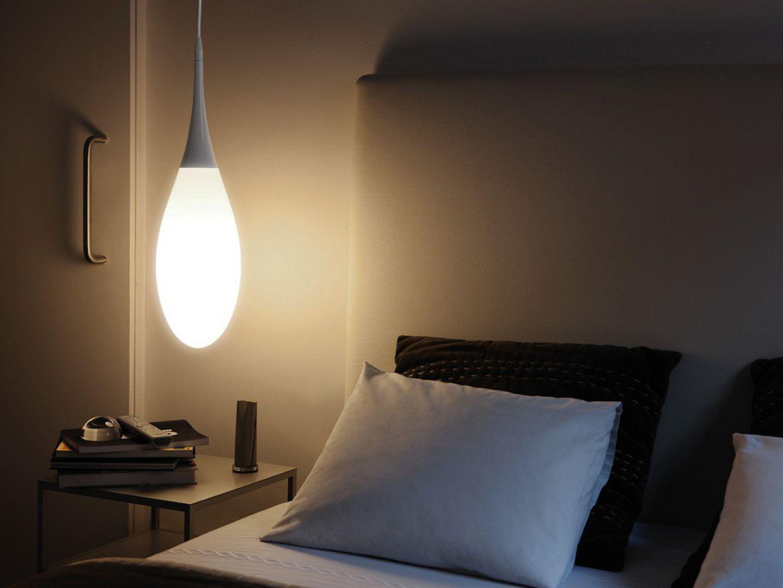 Masywna lampa zapewni dobre oświetlenie do czytania. Fot. Kundalini / Ceramicstyle.