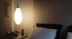 Lampa wisząca z obu stron łóżka z powodzeniem może zastąpić klasyczną, stawianą na szafce nocnej lampę. W zależności od potrzeb,możemy wybrać dowolny kształt, formę.