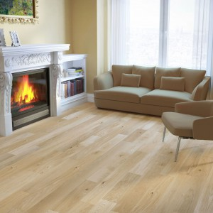 Lekko rustykalna dębowa deska N°3 Riesling, poddana procesowi szczotkowania. Otulona aksamitną warstwą bejcy w kolorze kruchej bieli, której subtelne oblicze naznaczone jest średniej wielkości sękami. Baltic Wood.