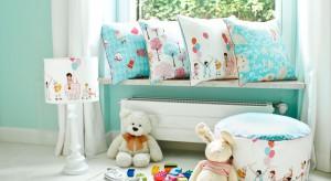 Fantazyjne, wielobarwne  poduchy to nie tylko gwarancja kolorowych snów dziecka. To także skuteczny sposób na szybką i efektowną metamorfozę pokoju przedszkolaka czy  nastolatka.