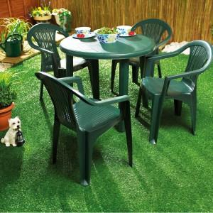 Popularny zestaw ogrodowy w kolorze zielonym, z okrągłym stołem i czterema krzesłami. Dostępny w wielu sklepach.