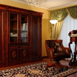 Masywna szafa ze zdobionymi frontami. Fot. Szultka Furniture.