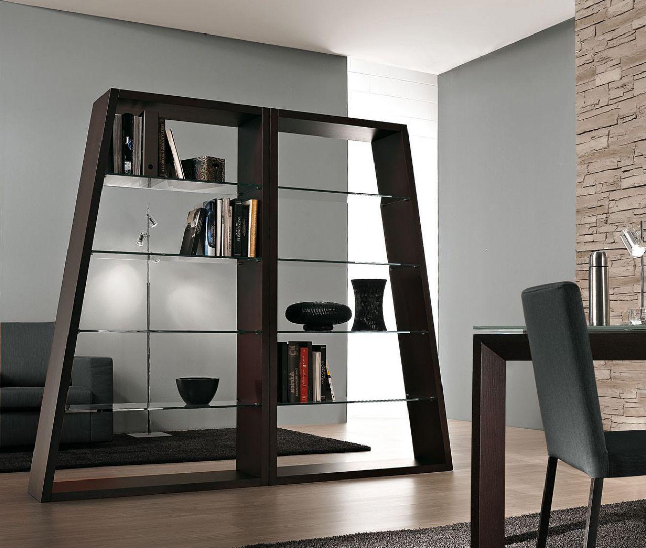 Elegancki regał marki Antonello znakomicie oddzieli przestrzeń biurową od wypoczynkowej. Fot. Ebano Design.