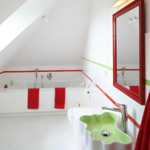 Skos sufitu wywołał kształt obudowy kabiny prysznicowej. Bezbrodzikowe rozwiązanie z odpływem liniowym zapewnia łatwe utrzymanie czystości. Fot. Bartosz Jarosz.