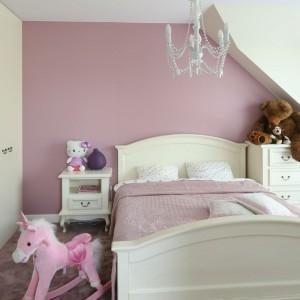 Nie ma wątpliwości, że to przestrzeń zaprojektowana dla młodej damy. Połączenie kolorów pudrowo – różowego z kremowym na ścianach i meblach stworzyło przytulne i na szczęście nie landrynkowe wnętrze. Forma zachowana w klasycznej stylistyce. Fot. Bartosz Jarosz.