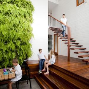 Proste drewniane schody prowadzą na piętro. Fot. Wilson Architectures.