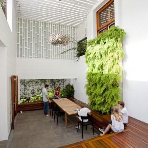 Ściany zieleni to sposób na zachowanie stałego kontaktu z naturą. Fot. Wilson Architectures.