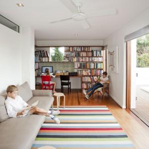Dużo tu miejsca do odpoczywania i lekturę ulubionej książki. Książki to wielcy przyjaciele domowników, co zresztą doskonale widać w aranżacji tego wnętrza. Fot. Wilson Architectures.
