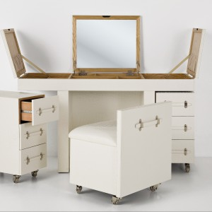 Sprytnie rozkładane biurko Kare Design pomieści akcesoria służbowe i prywatne. Fot. Le Pukka.