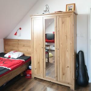 Trzydrzwiowa szafa z lustrem to miejsce na garderobę młodego mężczyzny. Fot. Bartosz Jarosz.