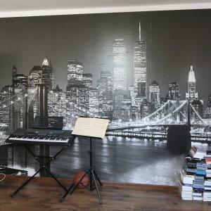 Miejsce artystycznej działalności młodego człowieka wyznacza fototapeta z panoramą Nowego Yorku.  Fot. Bartosz Jarosz.