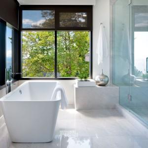 Duża łazienka z nowoczesną wanną wolno stojącą. Fot. Brandon Barre.