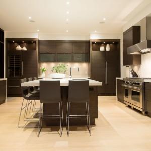 Zabudowa kuchenna jest elegancka i stonowana. Pomieści z pewnością wszystko, co trzeba. Fot. Brandon Barre.