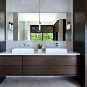 Strefa umywalkowa jednej z łazienek. Fot. Brandon Barre.