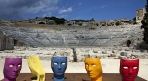 Pomysł na fotel z wizerunkiem zamyślonej ludzkiej twarzy pojawił się w głowie znanego włoskiego designera Fabio Novembre. Magnetyzujące spojrzenie niczym z greckiego posągu sprawia, że to bez dwóch zdań jeden z najpiękniejszych mebli