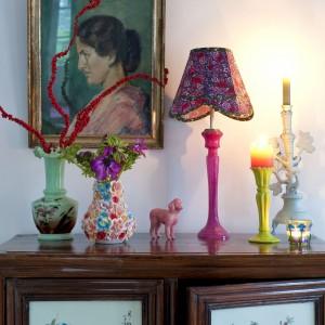 Marka Rice słynie z kolorowych dodatków i dekoracji, nie mogło więc ich tutaj zabraknąć. Na obrazie babcia właścicielki. Fot. Sian Williams/Narratives.