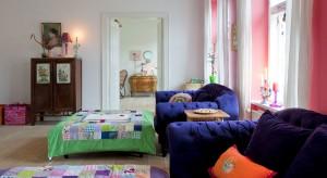 <p>Wnętrze tego pokoju dziennego jest tego najlepszym przykładem! Dom projektu właścicielki duńskiej marki Rice, Charlotte Hendam-Gueniau, wręcz tonie w kolorach.</p>