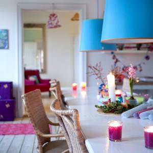 Piękna jadalnia cieszy oczy zwłaszcza kolorowymi lampami nad stołem. Fot. Sian Williams/Narratives.