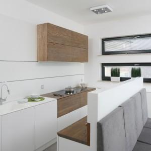 10 pomysłów na białą kuchnię ocieploną drewnem