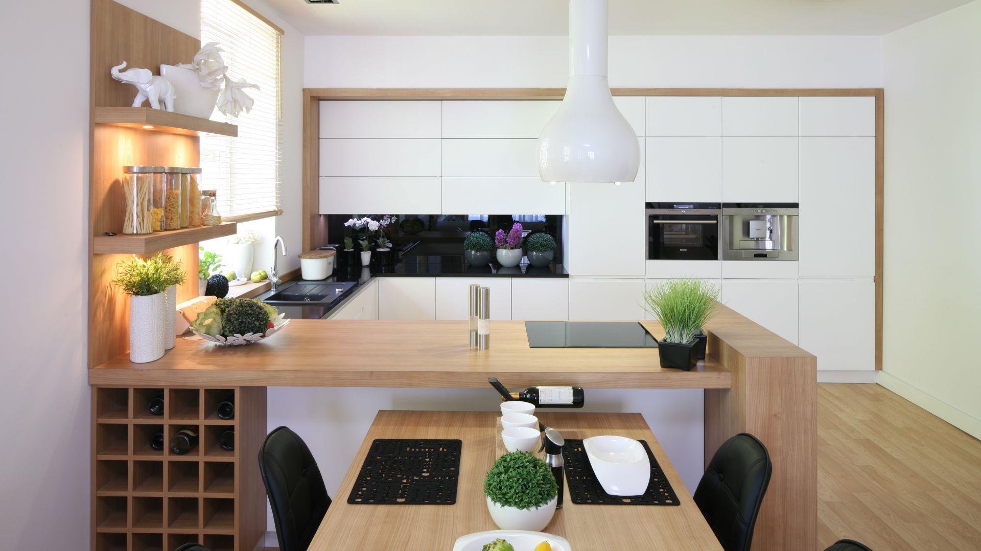 Kuchnia ma charakter 10 pomysłów na białą kuchnię ocieploną drewnem  St   -> Biala Kuchnia Z Drewnianym Blatem Jaka Podloga