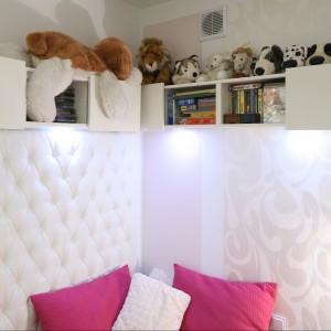 Szafki zawieszone na ścianach to najlepszy sposób na zaoszczędzenie niewielkiej przestrzeni pokoju. Fot. Bartosz Jarosz.