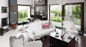 Przestronny salon, w którym nowoczesność spotka się z tym, co ma już swoją historię, stworzył spójną, zachwycająca smakiem aranżację. Niepowtarzalny klimat i pozytywna energia każdego dnia sprzyjają ciepłej, rodzinnej a