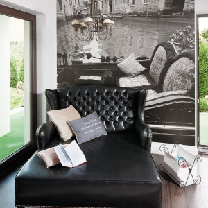 Salon stanowi mieszankę perfekcyjnie zestawionych kolorów, wyposażenia i ponad przeciętnych dodatków. Odnajdziemy tu trochę klasyki, odrobinę nowoczesności, ale i inspiracje stylem francuskim. Fot. Bartosz Jarosz.