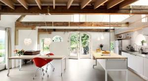 Biała lampa wisząca nad stołem w jadalni może być okrągła, kwadratowa, o kształcie szyszki czy z ptasich piór. Zobaczcie sami jak mogą pięknie wyglądać.