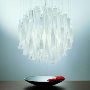 Lampa wisząca Aura. Dostępna w dwóch rozmiarach: o średnicy 47 cm i 60 cm oraz w kilku kolorach. Lampa występuje również w wersji kinkietu lub plafonu. 12.180 zł (biała, 47 cm), Axo Light/9design.