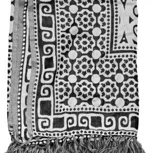 Czarno - biały, wzorzysty pled. Wymiary: 130 x 170 cm. Fot. BoConcept.