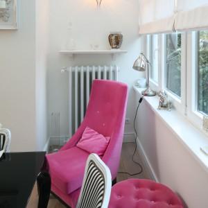 Kolorystyczny akcent - różowy fotel i puf w jadalni. Fot. Bartosz Jarosz.