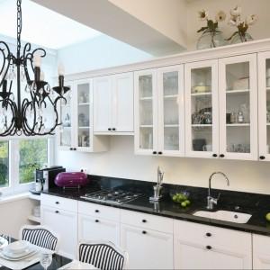 Piękne meble w klasycznym stylu nadają kuchni salonowy charakter. Wykonane zostały z lakierowanego na wysoki połysk MDF-u. Blat jest granitowy. Fot. Bartosz Jarosz.