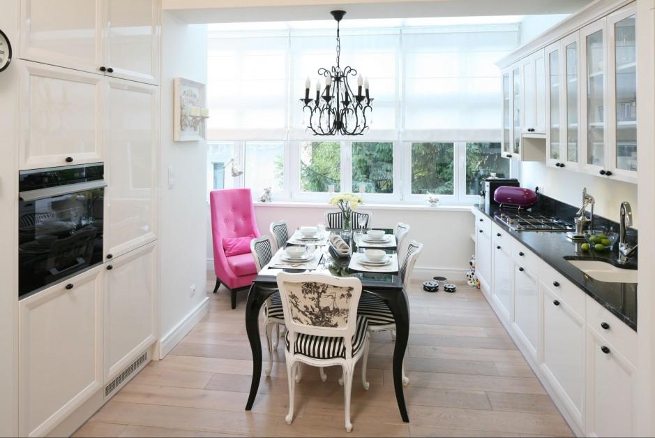 Wnętrze przenika klasyczna elegancja, a dopełniają wysublimowane dodatki. Stół i Ahawa, żyrandol Almi Décor, na podłodze dąb bielony fazowany olejowany. Fot. Bartosz Jarosz.