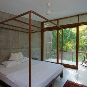 Minimalistyczna, a przy tym piękna sypialnia ze zjawiskowym łóżkiem - współczesnym odpowiednikiem tradycyjnych baldachimów. Fot. Sebastian Zachariah.