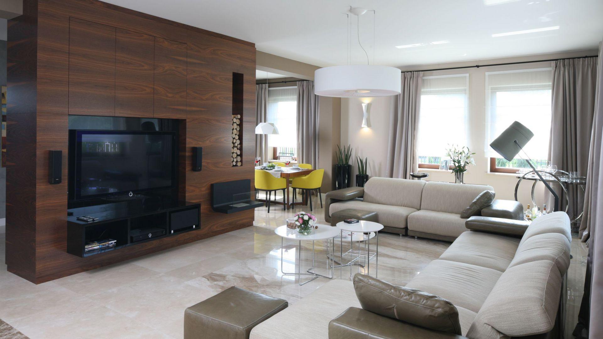 Kanapy i stoliki to marka Natuzzi, skórzana lampa jest z firmy Axo, a lampa stojąca to kultowy model Diesel by Foscarini. Fot. Bartosz Jarosz.