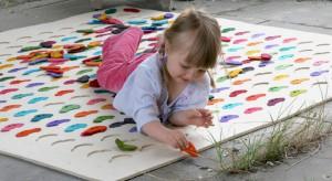 Dzieci uwielbiają bawić się na podłodze. Dlatego niezbędnym wyposażeniem dziecięcego pokoju jest dywan. Zabezpieczy maluchy przed chłodem bijącym od podłogi, a dekoracyjny wzór zainspiruje do fajnej zabawy.