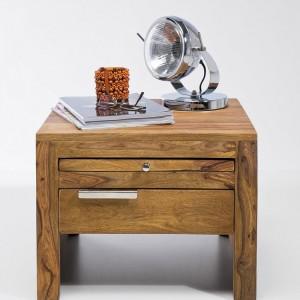 Szafka nocna Authentico to prosta forma wykonana z drewna o niepowtarzalnym rysunku. Fot.Kare Design.