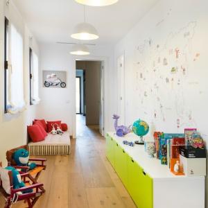 Więcej kolorów wprowadzono do pokoju dziecięcego. Fot. Gori Salvà.