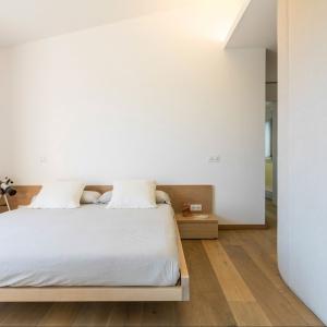 Dzięki bieli sypialnia jest czysta i świeża - łatwo tu odpoczywać, łatwo również zachować porządek. Fot. Gori Salvà.
