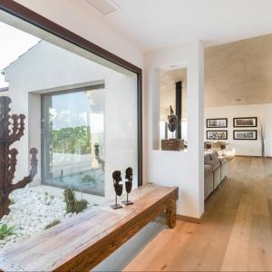 Naturalne drewno przewija się w całym domu, dodając mu skandynawskiego uroku i prostoty. Fot. Gori Salvà.