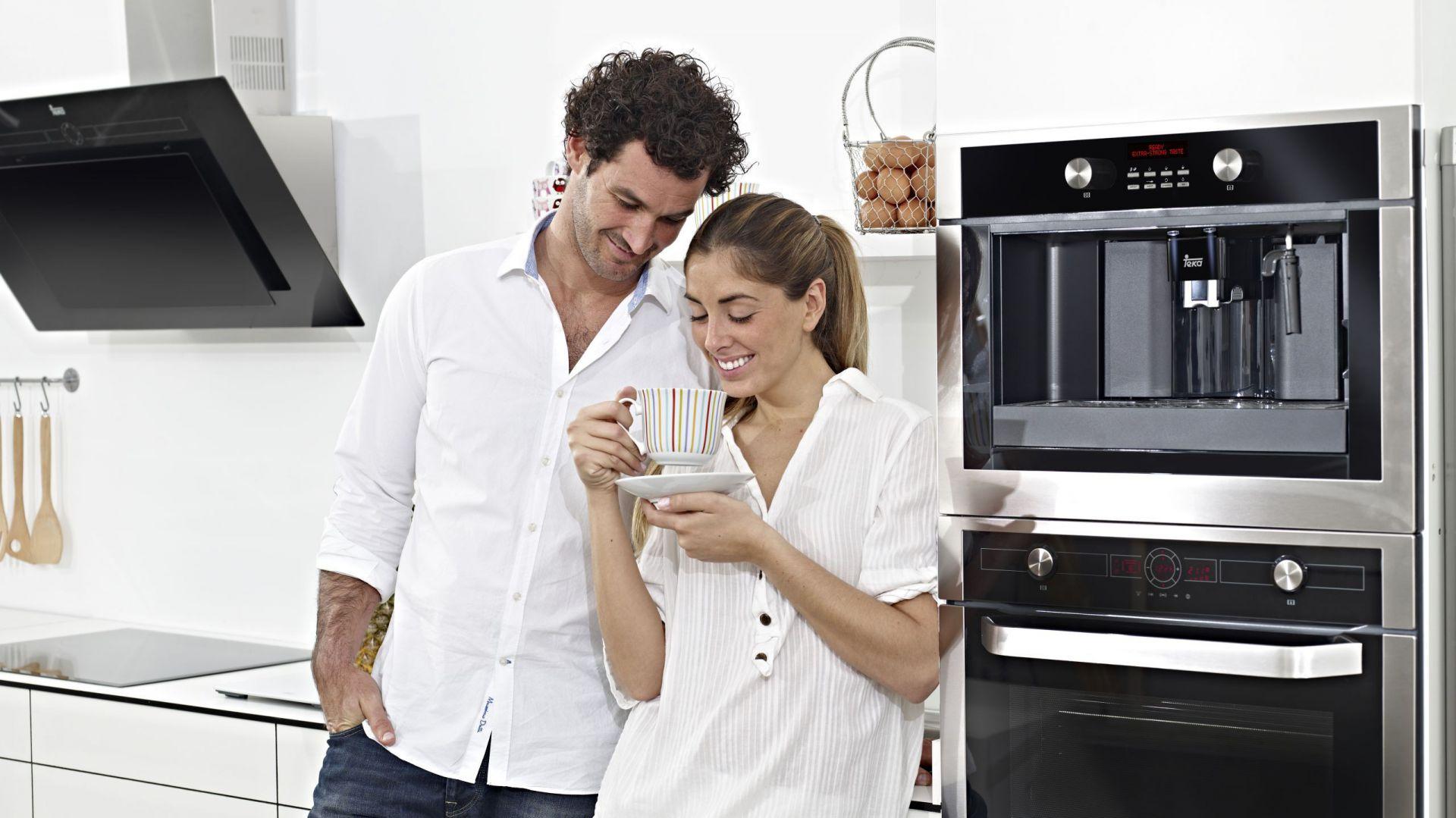 Ekspres do zabudowy CML 45 z elektronicznym programatorem z wyświetlaczem LCD. Posiada chowane pokrętła, 3 programy automatyczne oraz wysuwane dysze do pary i gorącej wody. 13-stopniowa regulacja mocy kawy. Możliwość użycia kawy mielonej oraz przygotowania dwóch filiżanek jednocześnie. 5.799 zł, Teka.