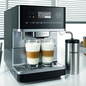 Ekspres do kawy CM 6300. Posiada młynek stożkowy dla zachowania niezwykłego aromatu kawy. Pozwala na przygotowanie napoju z kawy mielonej. Możliwość ustawienia stopnia zmielenia oraz ilości kawy. Cztery profile użytkownika. Komfortowe programy czyszczenia. 5.990 zł, Miele.