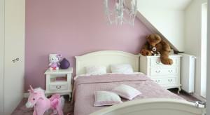 Biało-różowy pokoik to nie jedyne miejsce stworzone dla kilkuletniej dziewczynki. Ma ona do dyspozycji także pastelową łazienkę, dostosowaną do niewielkiego wzrostu dziecka.
