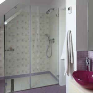 Fiolet to kolor, który w łazience małej dziewczynki sprawdzi się doskonale. Projekt: Katarzyna Merta-Korzniakow. Fot. Bartosz Jarosz.
