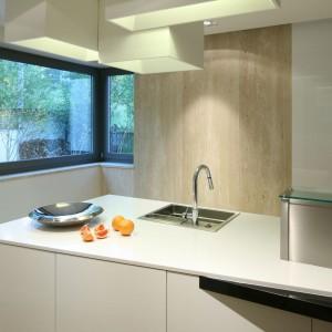 Kuchnia jest jasna i przestronna, nie tylko dzięki zastosowanej kolorystyce, ale także dużym oknom. Fot. Bartosz Jarosz.