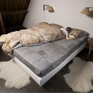 """Pościel z nadrukiem kartonów """"Le clochard"""" marki SNURK, wykonana w 100% z bawełny. Fot. Snurk."""