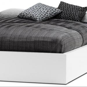 Białe, lakierowane łóżko z podnoszonym materacem i stelażem oraz pojemnym schowkiem. Prosta, ponadczasowa forma. Fot. BoConcept.